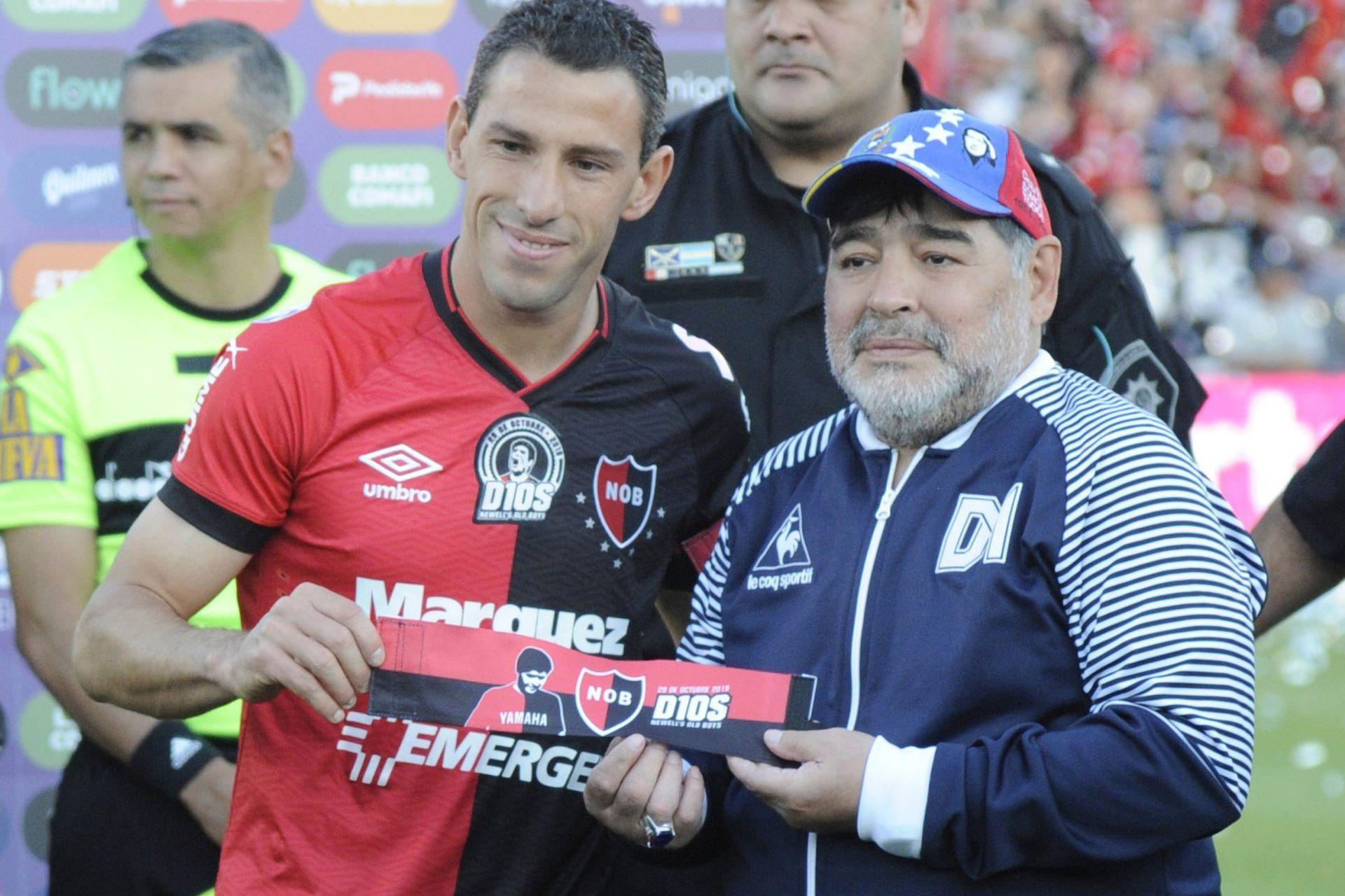 El recibimiento de Maxi Rodriguez, en la visita de Gimnasia a Rosario, por el torneo pasado