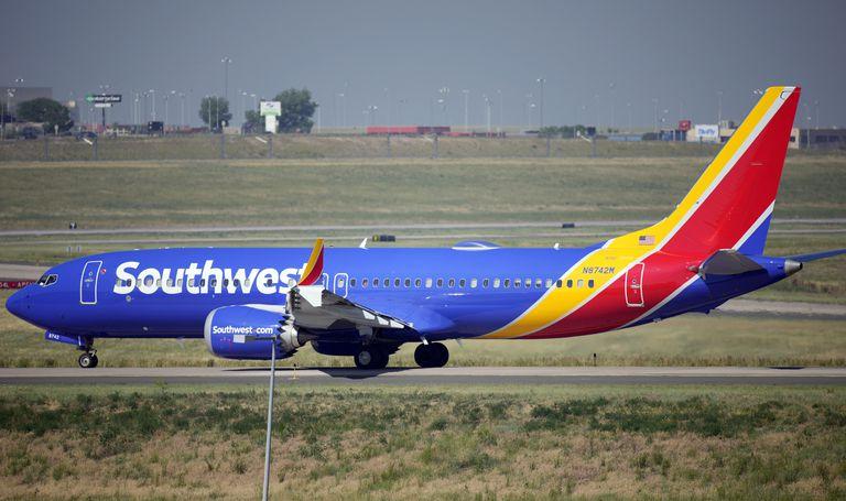 Foto tomada el 2 de julio del 2021 de un avión de  Southwest Airlines en el aeropuerto de Denver.  (Foto AP/David Zalubowski, File)