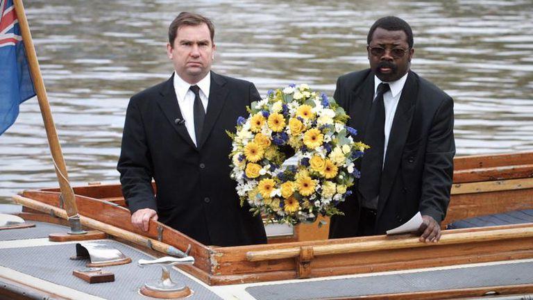 A un año del hallazgo de sus restos, se colocó una corona de flores en el Támesis en memoria de Adam