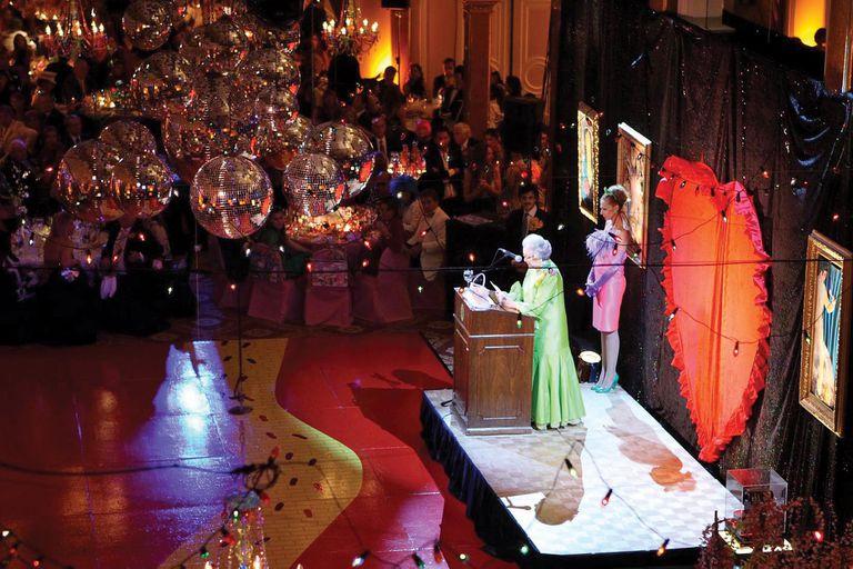 2008, La Noche Pop. Las galas temáticas son una de las formas con que Amigos del Bellas Artes solventa los cursos educativos (desde la pandemia son online), difunden la colección permanente y las exposiciones temporarias, compran obras y contribuyen con el mantenimiento y mejoras del museo. El año pasado hicieron un evento virtual.
