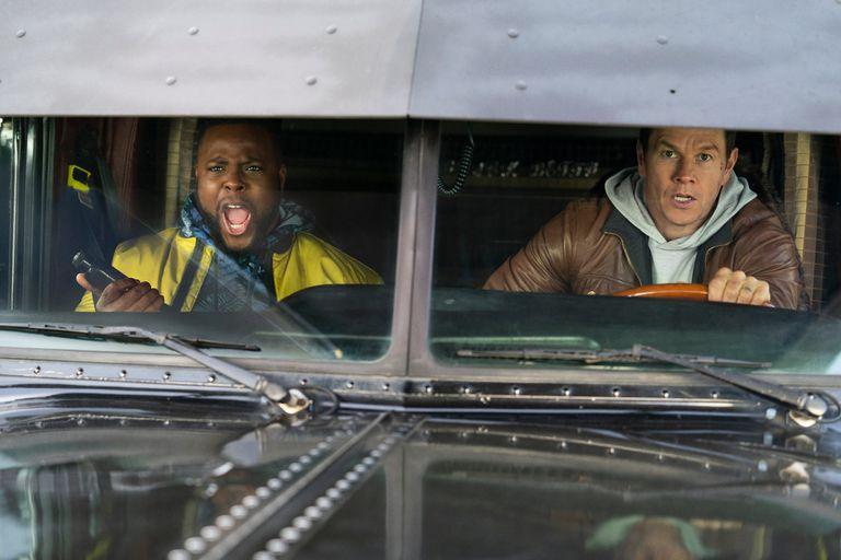Winston Duke y Mark Wahlberg en el film de Peter Berg que está disponible desde hoy en la plataforma
