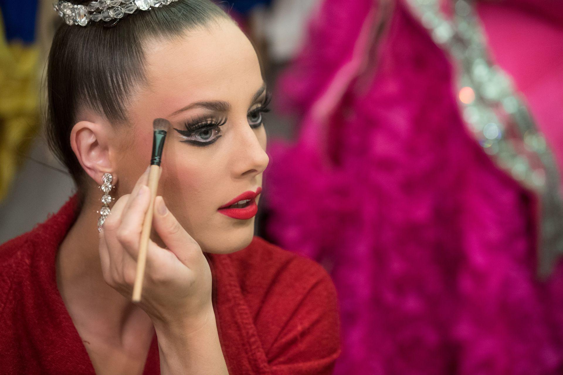 La bailarina Claudine Van Den Bergh, de 27 años, se maquilla