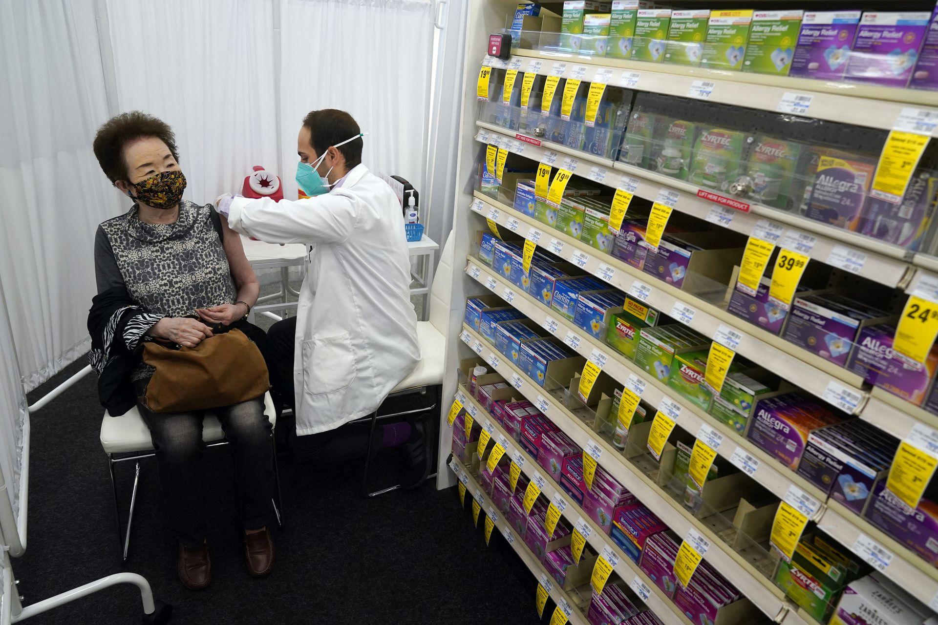 ESTADOS UNIDOS: El farmacéutico Todd Gharibian, a la derecha, administra una dosis de la vacuna Moderna COVID-19 a Toshiko Sugiyama, a la izquierda, en una sucursal de CVS Pharmacy el lunes 1 de marzo de 2021 en Los Ángeles.
