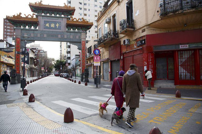 Allanaron locales en el Barrio chino por vender pescado en mal estado y verter tóxicos a la calle