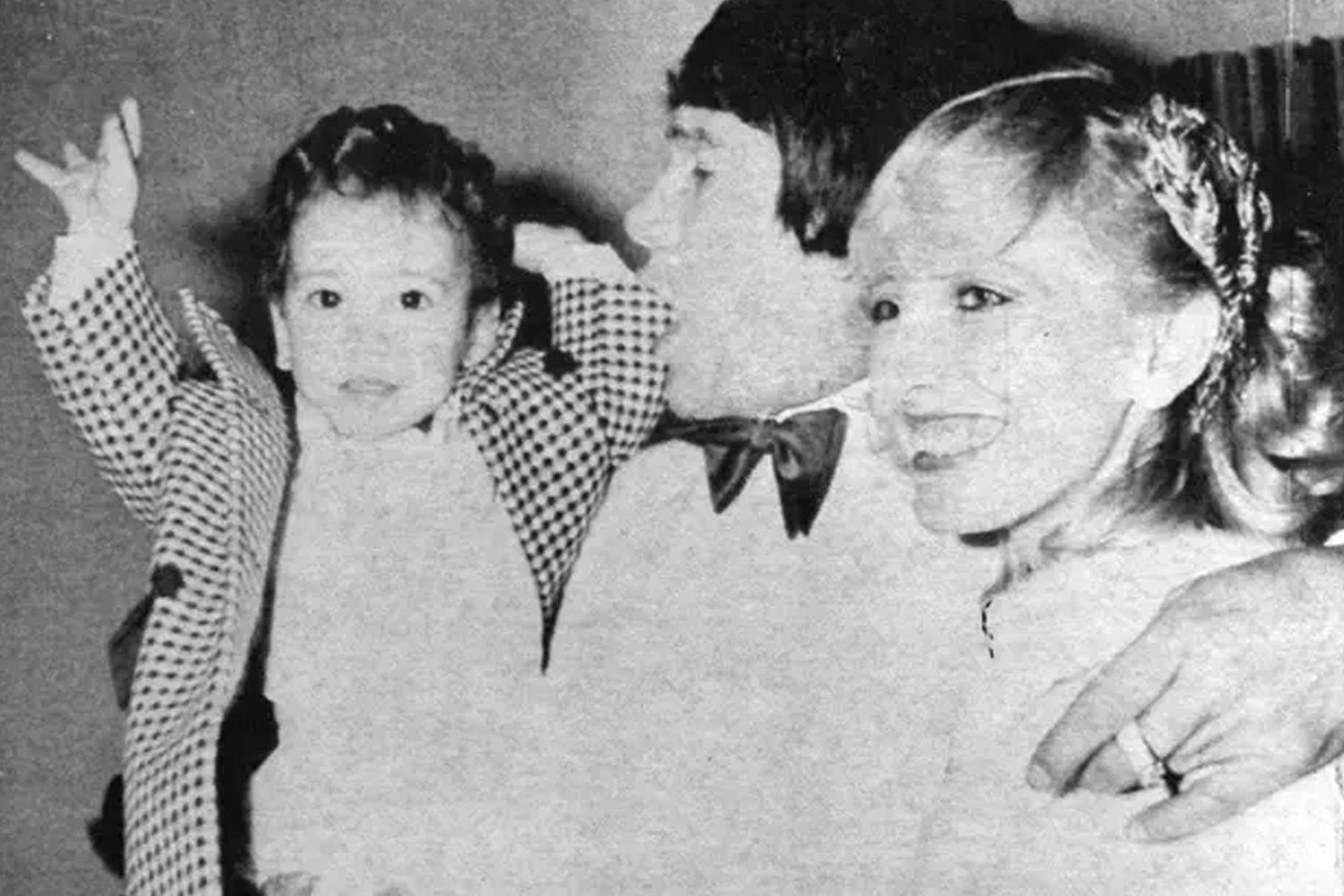 Con Alicia Muñiz y su hijo Maximiliano, en una foto de 1983