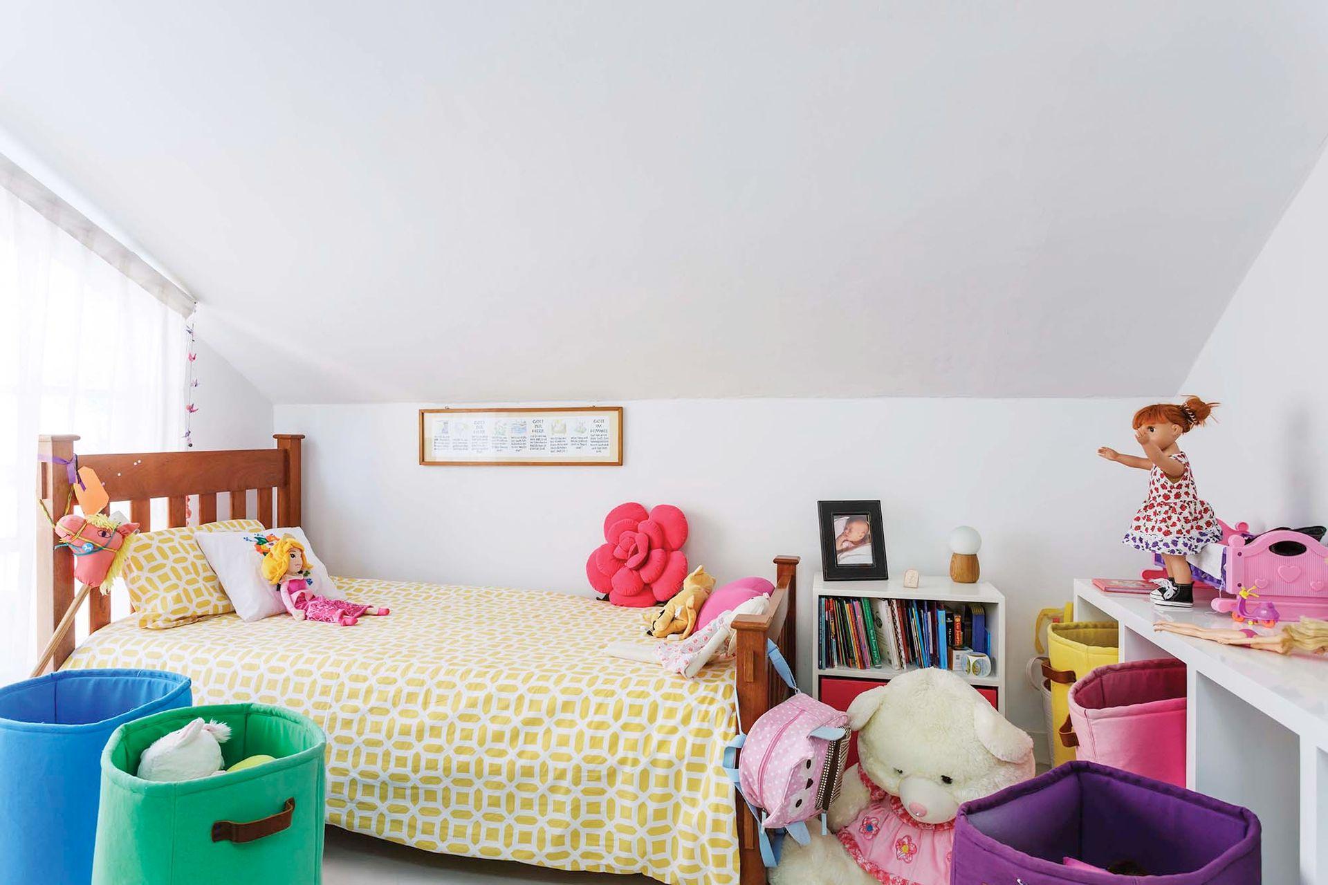 Mila está fascinada con el techo en pendiente: es como tener su propia casita.