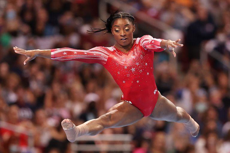 Simone Biles durante los ejercicios de piso en los Trials olímpicos de los Estados Unidos, en St. Louis, Missouri