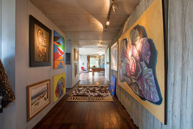 """En la casa, se destacan obras de arte de gran formato de artistas uruguayos y argentinos vivos. """"Con mi hermano, Gerardo [es arquitecto también] tenemos un espacio de arte en Buenos Aires. Se llama 'De Alma'"""", cuenta Javier."""