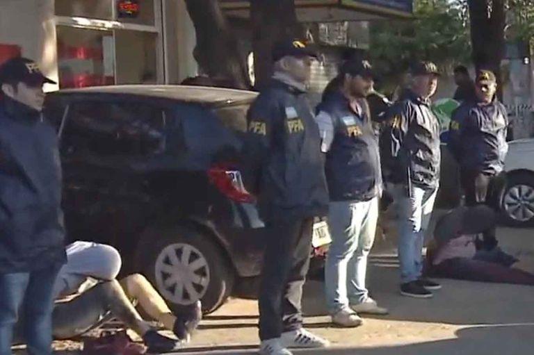 Hay dos detenidos por el crimen y la policía busca al resto de la banda