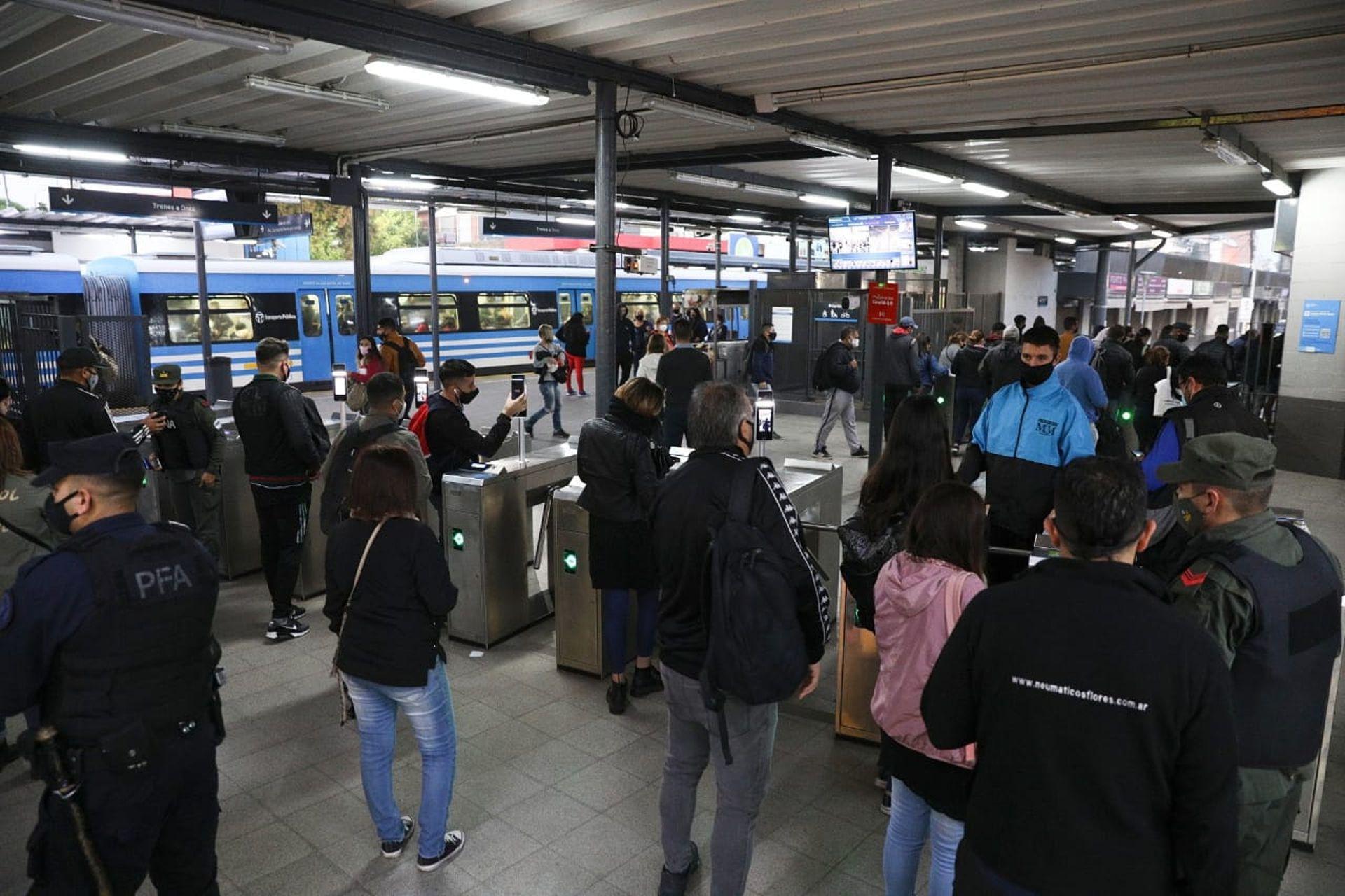 Cientos de personas en la Estacion Morón del Tren Sarmiento, entre las que había personal de la Policía Federal