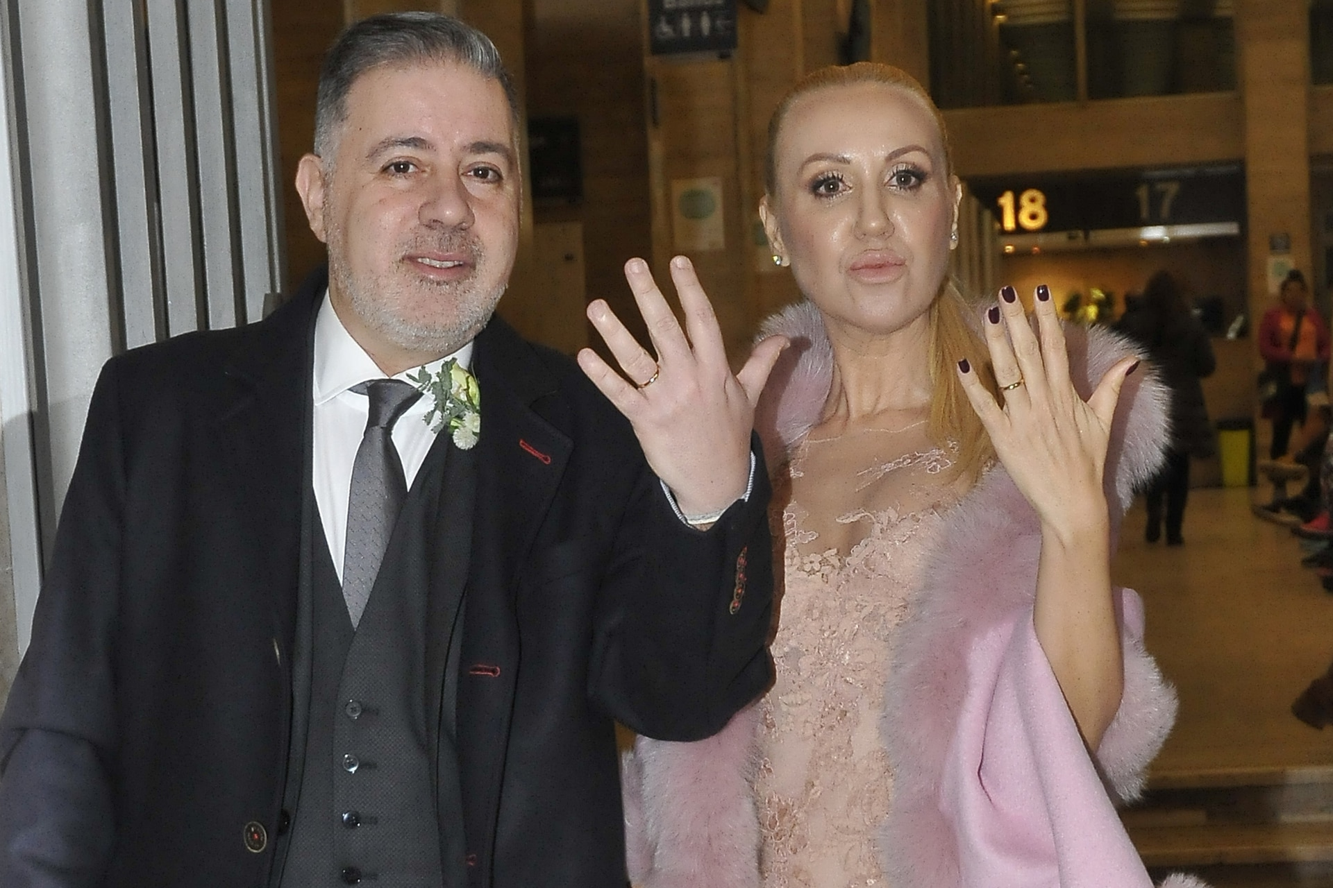 Fabián Doman y María Laura de Lillo muestran sus alianzas en la fiesta de bodas en el Hotel Alvear de Buenos Aires
