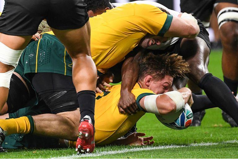 Con mucha tracción ante una montonera fijiana, Michael Hooper consigue el primer try australiano.