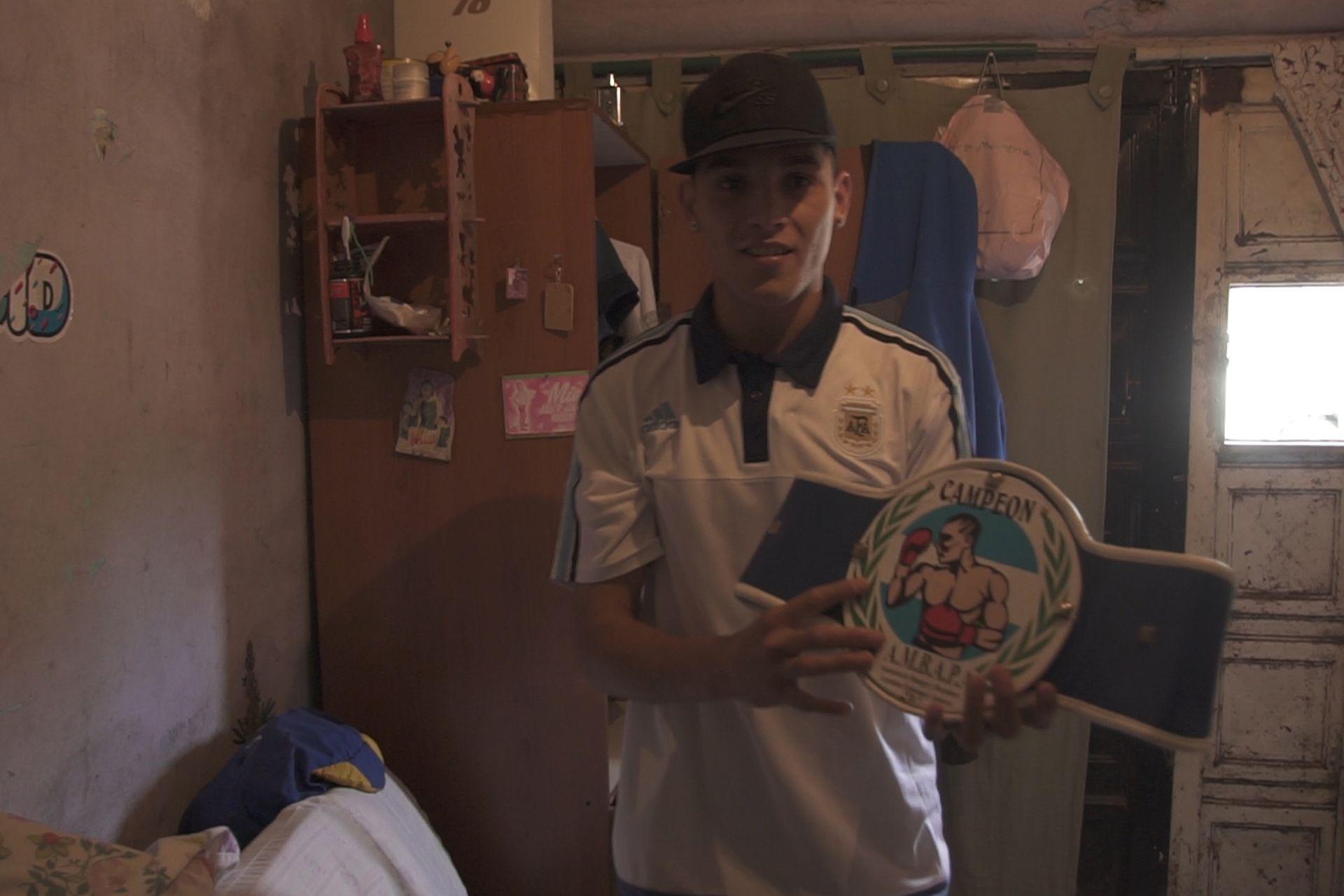 Los martes y jueves está dando clases de boxeo a otros chicos en el club barrial San Enrique.
