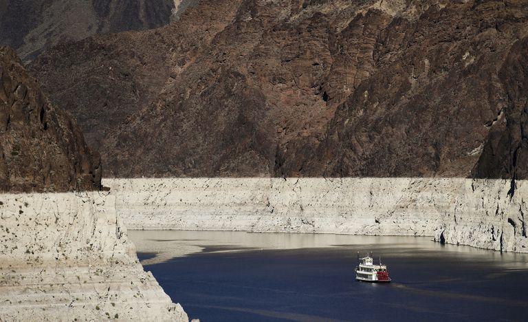 ARCHIVO - En esta foto del 14 de octubre del 2015, un barco navega por Lake Mead e  el Río Colorado en a Presa Hoover cerca de Boulder City, Nevada. La importante presa está apunto de alcanzar su nivel más bajo el jueves, 10 de junio del 2021. La baja de las aguas en Lake Mead a lo largo de la frontera Nevada-Arizona es otro indicio de la sequía en la región. (AP Foto/Jae C. Hong)