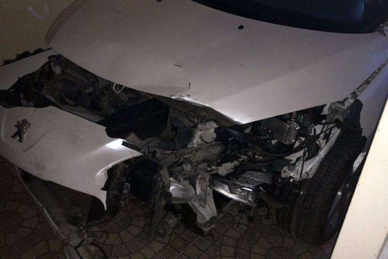El frente del vehículo en el que viajaba la familia quedó destruído luego de atropellar al jabalí. De acuerdo con el testimonio del policía que los auxilió, hubo otros cuatro accidentes con chanchos salvajes en la misma semana