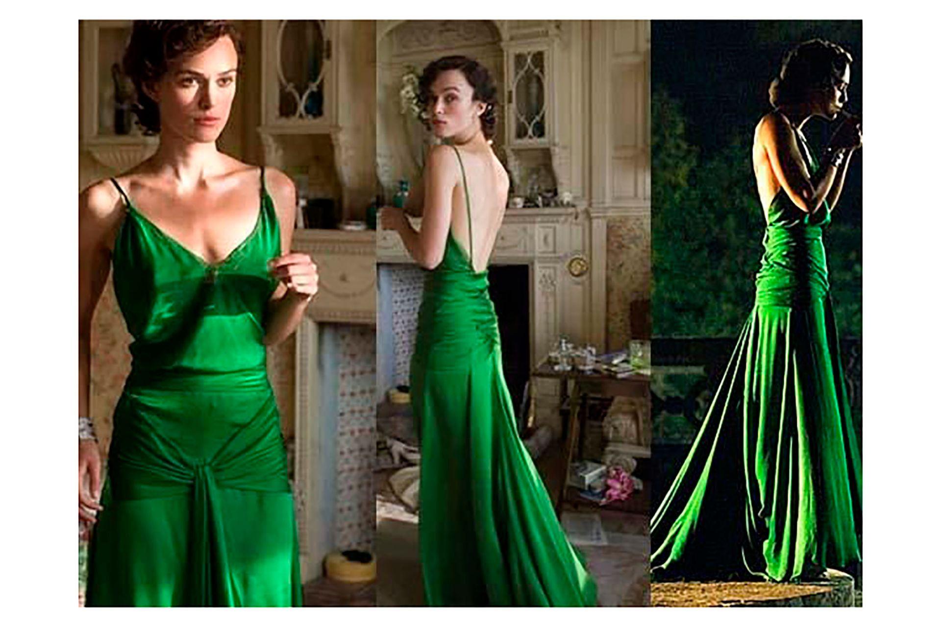 Keira Knightley en Expiación, deseo y pecado: el color del vestido simbolizaba la envidia que Cecilia despertaba en su hermana menor Briony (Saoirse Ronan)