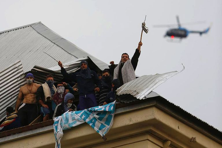 Un helicóptero sobrevuela el penal de Devoto durante los incidentes