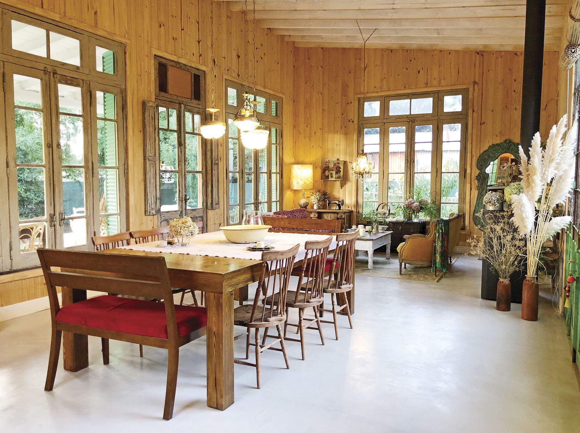 El piso claro y continuo, la transparencia y la altura les dan un marco alegre a muebles de distinto origen y un fin común: crear una atmósfera de casa como de abuela, de campo, que pareciera original.