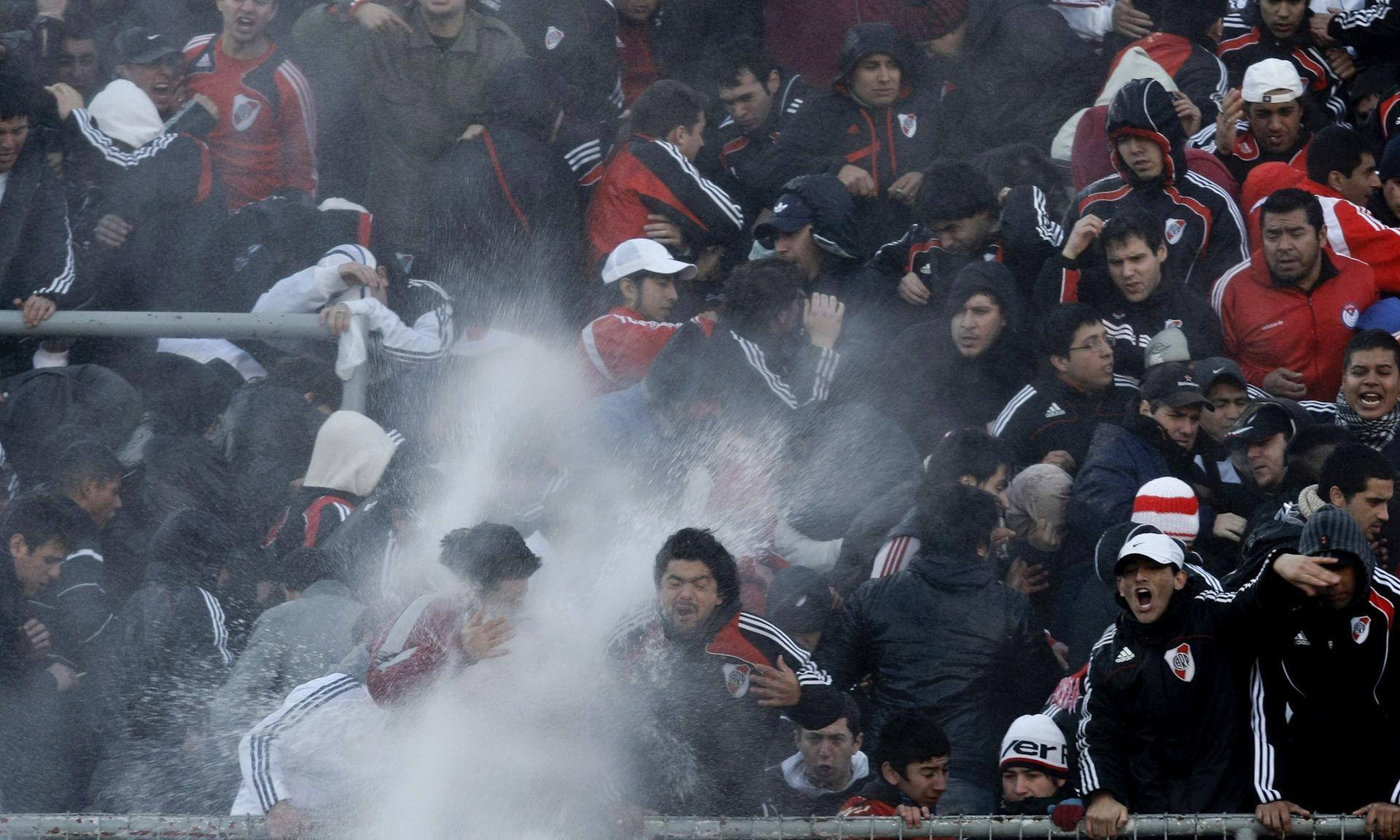 Enfurecidos por el descenso, algunos hinchas comenzaron a romper el estadio