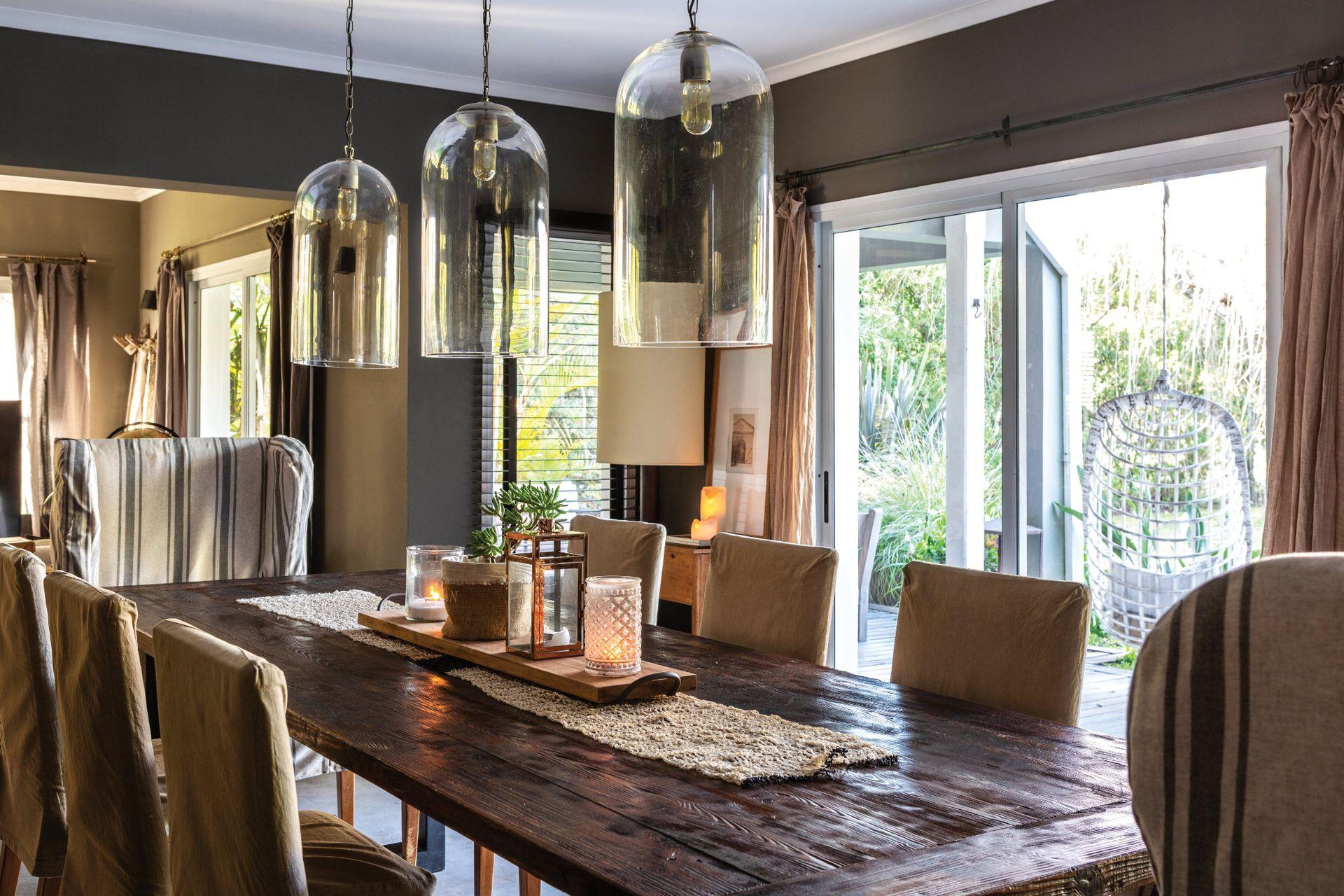 En el comedor, que tiene conexión directa con la galería, las lámparas cuelgan a 60 cm de la mesa. La altura ideal.