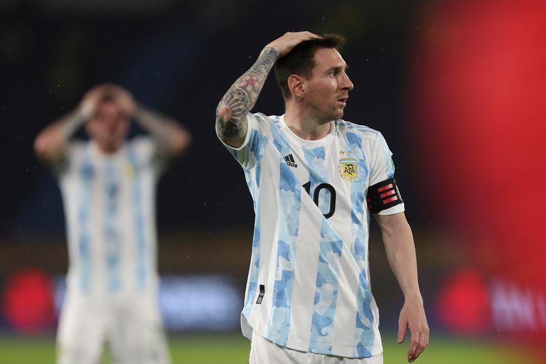 Lionel Messi se lamenta; a la Argentina se le escurrió en la última jugada una victoria sobre Colombia por la que había hecho mucho en Barranquilla; sigue segunda en la eliminatoria para el Mundial Qatar 2022.