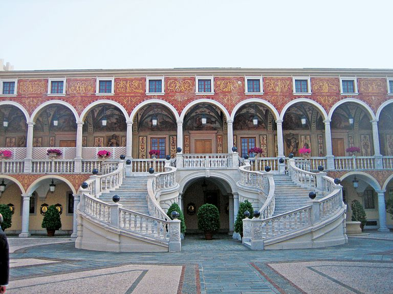La magnífica escalinata doble de mármol de Carrara, presidida por el escudo de los Gimaldi, Deo Juvante ('Con la ayuda de Dios'), donde posaron para la foto oficial.