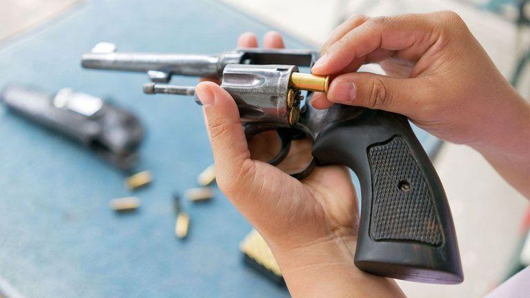 ¿De qué están hechas las armas de utilería y por qué son peligrosas?