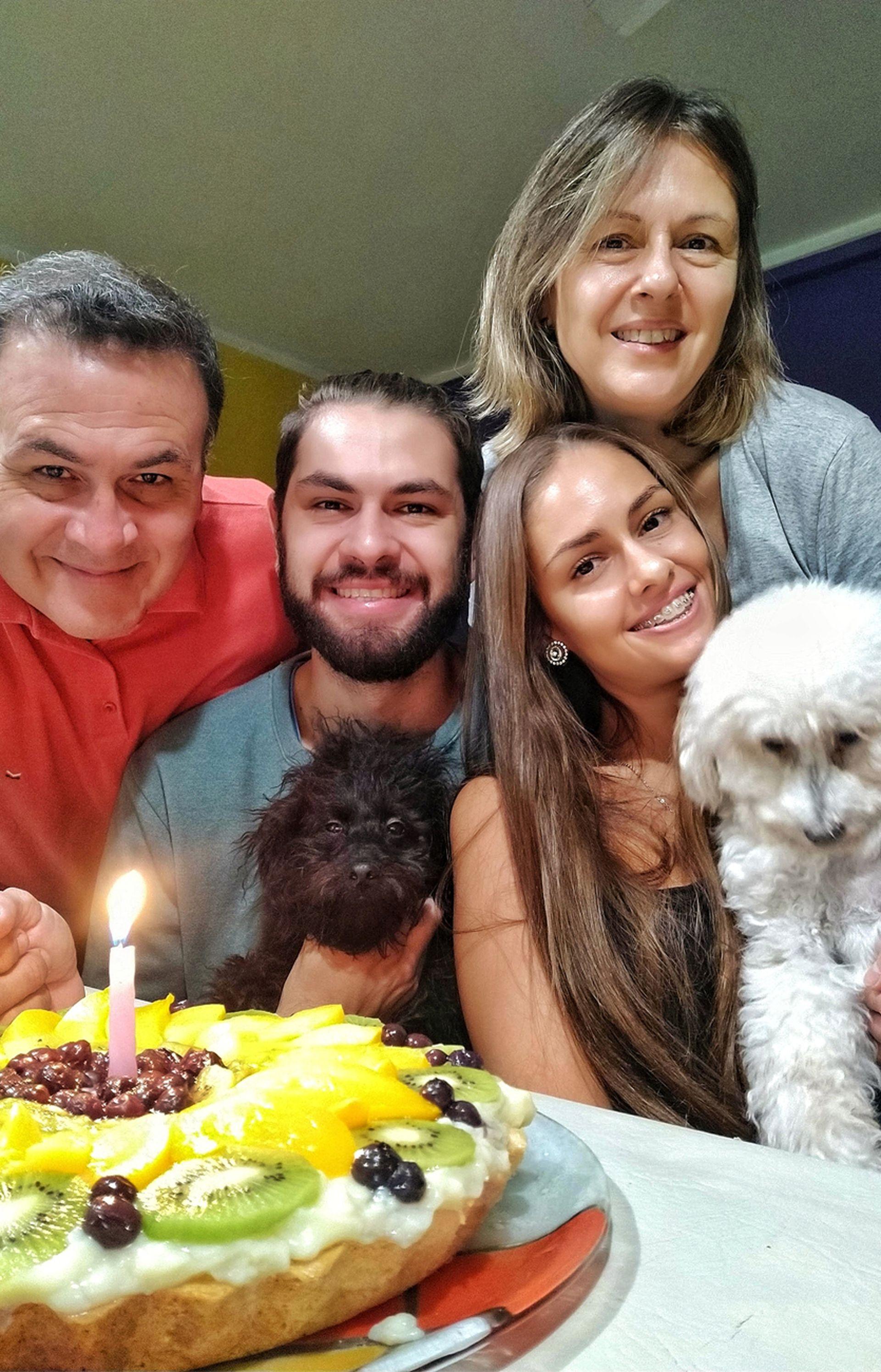 Valentina con su mamá, su papá y su hermano.