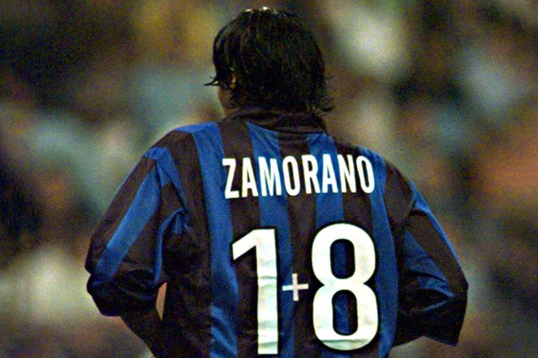"""El número 9 está en extinción"""", analiza Zamorano, que a finales de los 90 inventó una numeración: 1+8; después, le cedió la 9 al brasileño Ronaldo"""