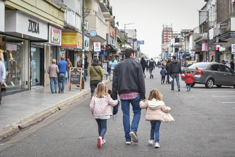 Vecinos pasean por los locales de General Alvear, en Martínez
