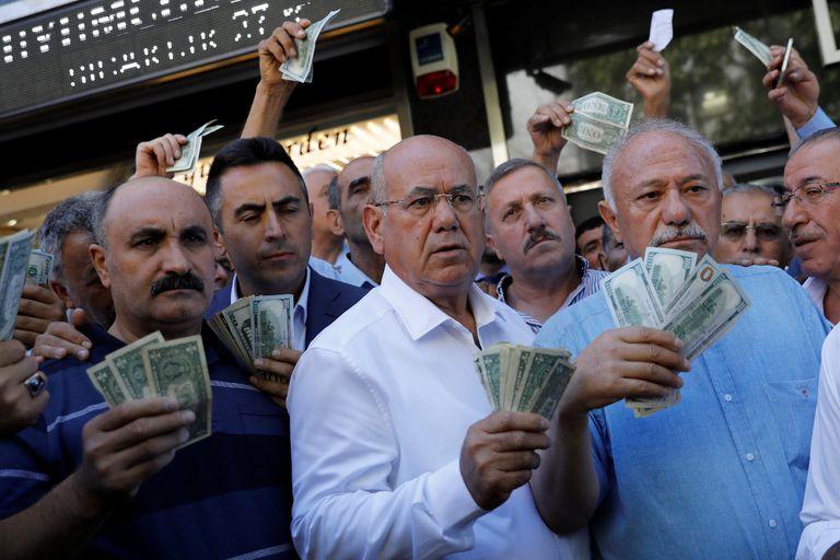 Erdogan sube la apuesta y pide un boicot de productos de EE.UU.