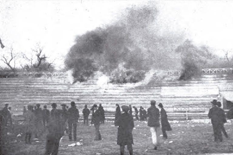 El incendio de una de las tribunas del estadio de GEBA
