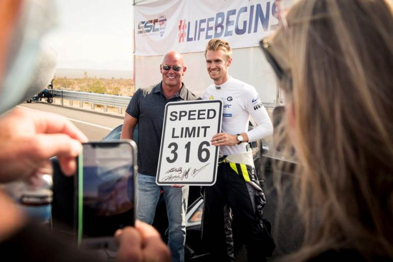 El fundador de SSC, Jerod Shelby (a la izquierda) junto al piloto Oliver Webb, después de establecer con éxito el nuevo récord mundial
