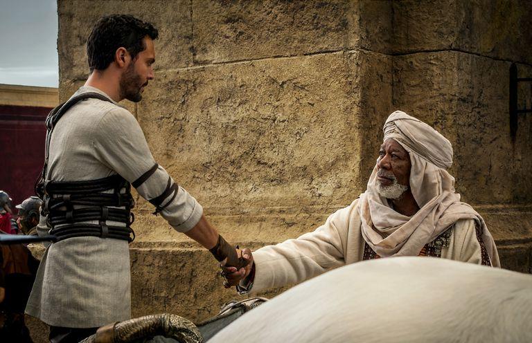 Jack Huston y Morgan Freeman en una escena de Ben-Hur