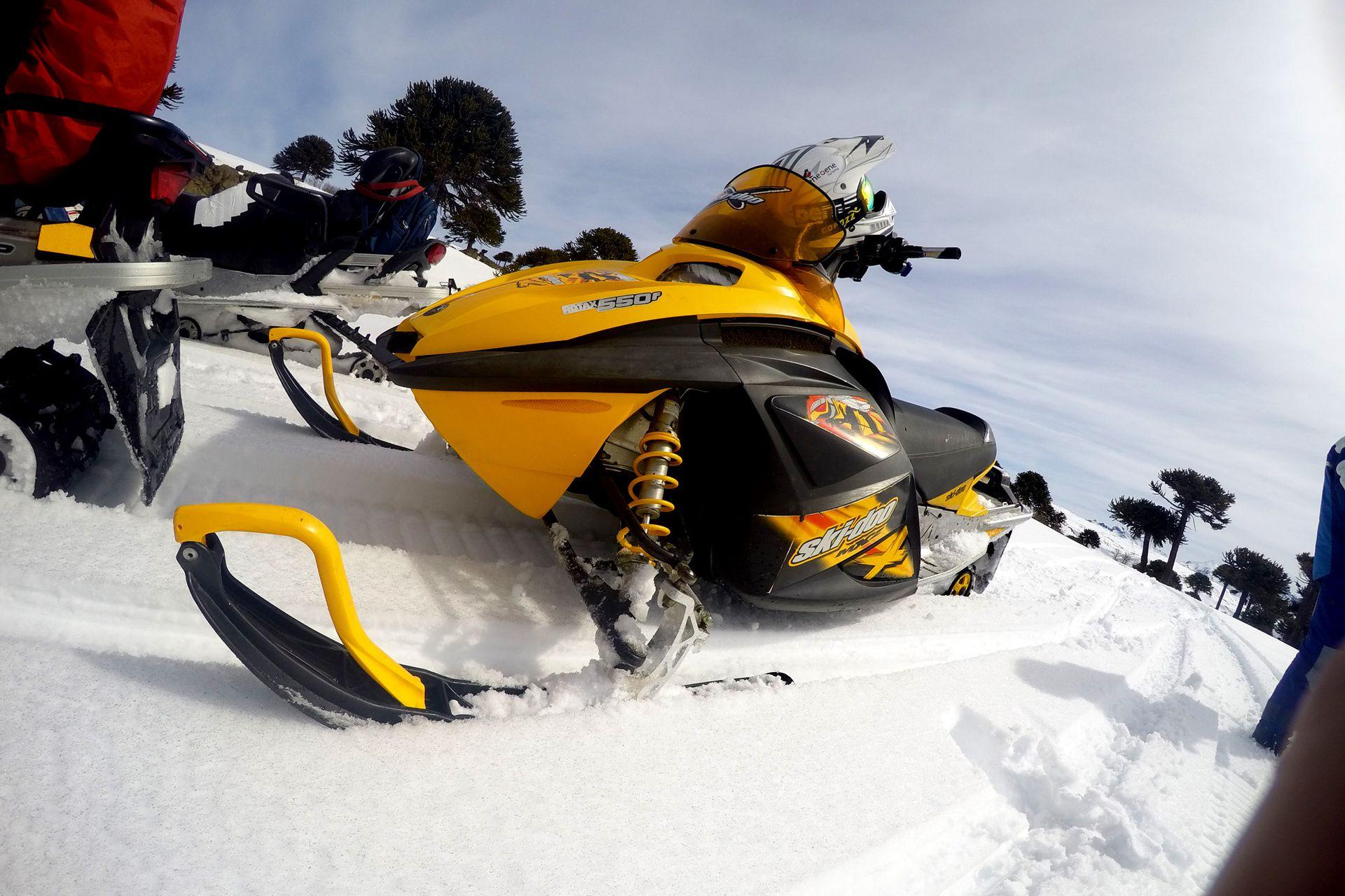 Ir a la cima del volcán Copahue en moto de nieve una experiencia inolvidable que se puede disfrutar en familia