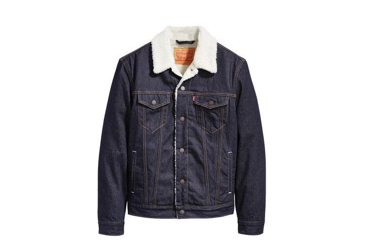Levi's y su campera de jean con corderito para afrontar las bajas temperaturas.