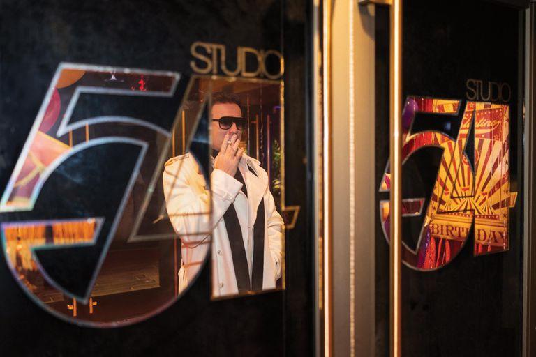 Ewan McGregor en el Studio 54 de ficción que se recreó para la miniserie de Netflix.