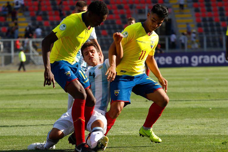 Antes del partido con Venezuela, Facundo Mura le recordó Gaich los tres goles que le convirtió el delantero le marcó a Estudiantes en séptima división. El defensor jugó los dos primeros partidos del Sudamericano (en la foto, ante Ecuador).