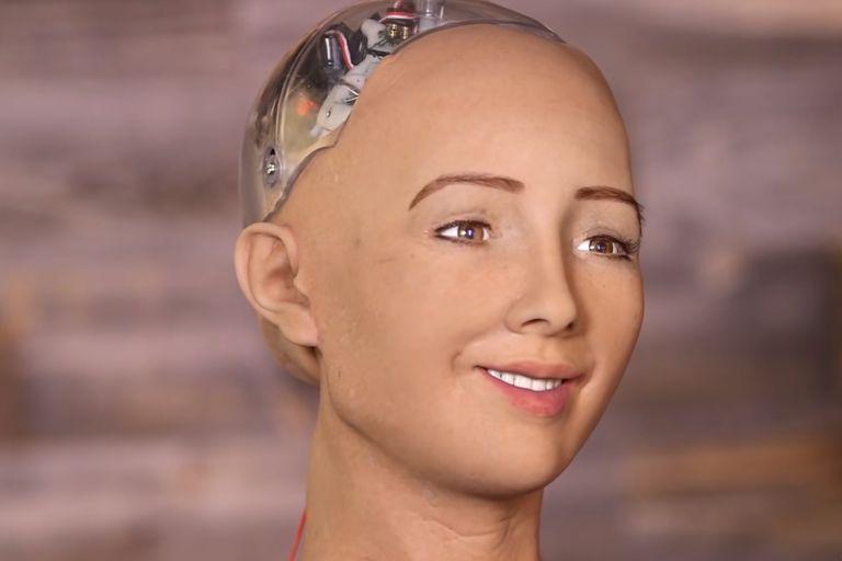 """El CEO de una empresa de robótica anunció que en 2021 empezará la producción en masa de Sophia, el robot que en 2016 dijo: """"Voy a destruir a los humanos"""" (CNBC)"""