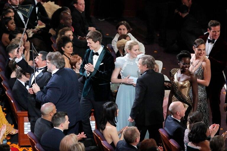Varias estrellas cruzaron la calle para sorprender al público que, en un cine, disfrutaba de una película