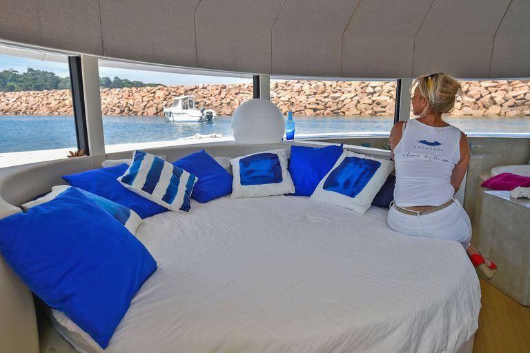 Cuenta con una cama circular con vistas panorámicas al exterior