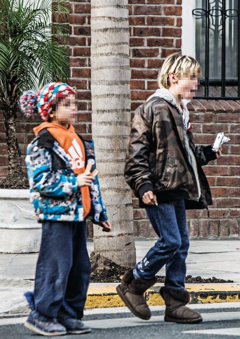 """""""Es muy duro no tener a mis hijos cerca"""", dijo el actor en su última entrevista a ¡Hola! en enero pasado. Hace unos días, Valenzuela fue visto con sus herederos caminando por Barrio Parque."""