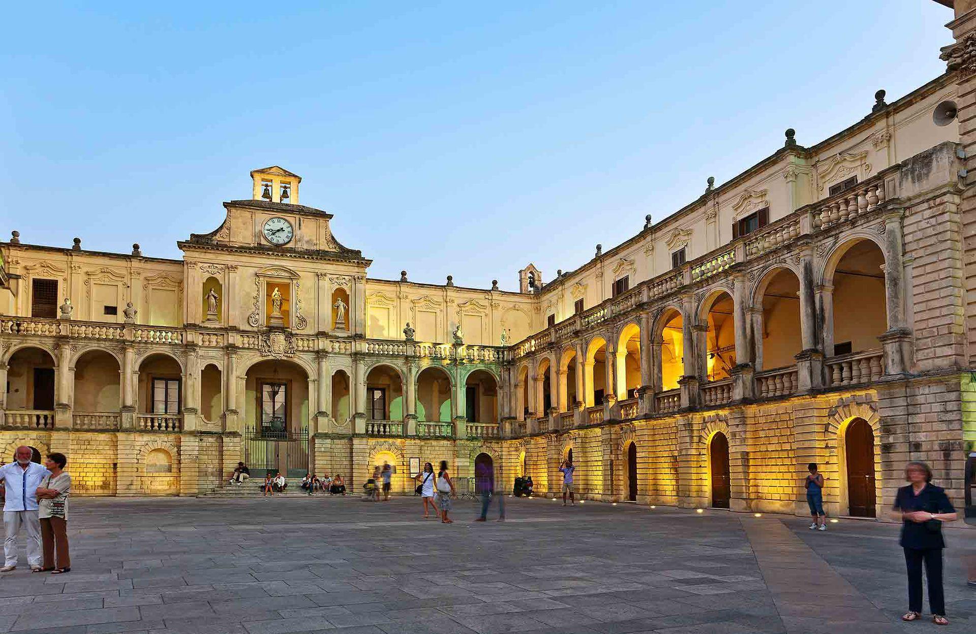Lecce es un ejido espléndido de iglesias, palazzos y columnas de un tono amarillo encendido, característico de la piedra leccese, propia de las canteras vecinas, aún en actividad.