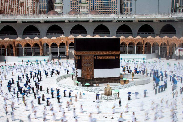 La Kaaba (El Cubo), estructura dentro de la Gran Mezquita de La Meca donde está contenida la Piedra Negra.