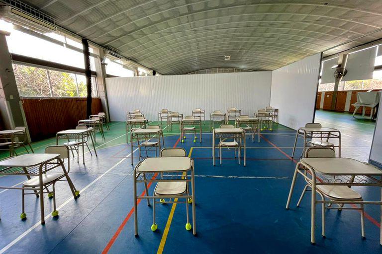 Gimnasio transformado en aula para ganar espacio hacia una mayor presencialidad en el colegio Northlands de Nordelta, provincia de Buenos Aires