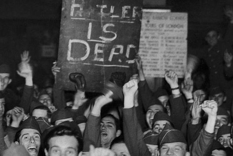 Aunque muchos celebraron el anuncio de la muerte de Hitler, abundaron también los escépticos que pensaban que la noticia formaba parte de una estratagema nazi.