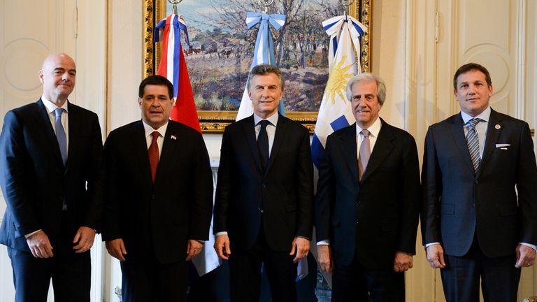 Los presdientes de Argentina, Uruguay y Paraguay, junto a Gianni Infantino y Alejandro Domínguez, titulares de la FIFA y la Conmebol, respectivamente