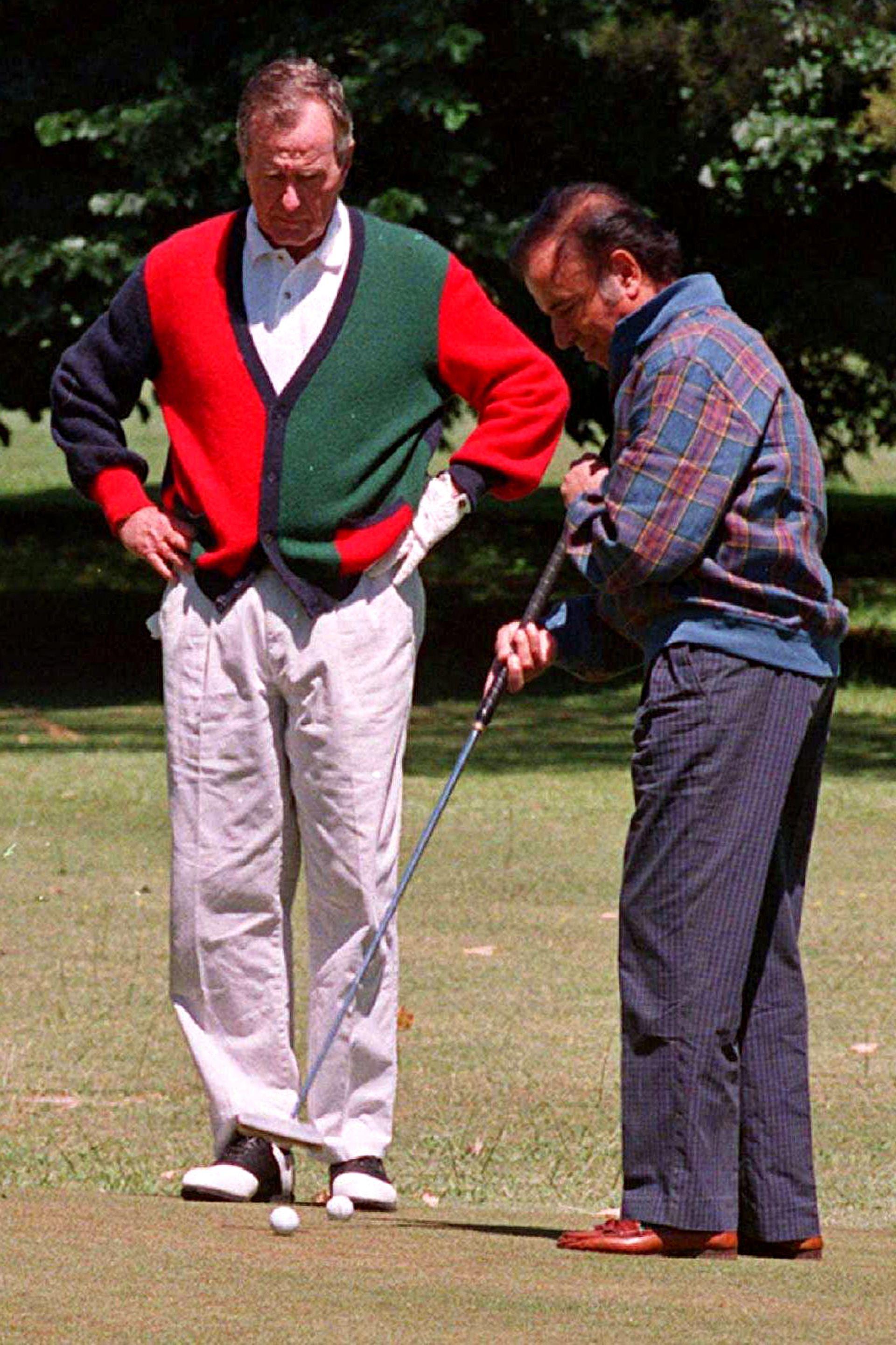 Menem practicando golf con el ya expresidente George H. W. Bush, en noviembre de 1996