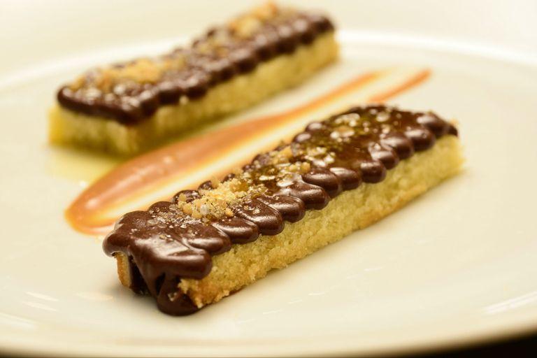 Biscuit de aceite de oliva, cremoso de chocolate, crocante de almendras