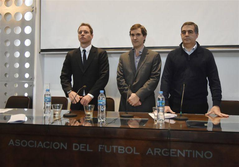 De izquierda a derecha: Jorge Brito (River), Mariano Elizondo y Carlos Montagna (Independiente)